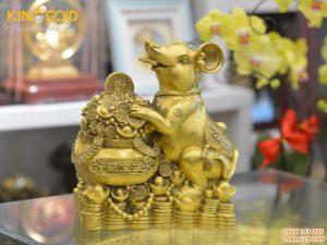 Tượng chuột tài lộc bằng đồng bên hũ tiền phú quý